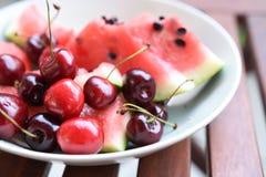 Kirsche und Wassermelone in der Platte stockfotografie