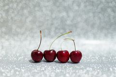 Kirsche vier auf Funkelnhintergrund Stockfoto