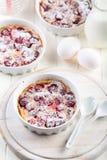 Kirscheclafoutis - französischer Milchkuchen lizenzfreie stockfotos