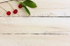 Kirschen auf die weißen Bretter Stockbilder
