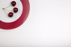 Kirschen auf einer Platte Stockbild