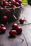 Kirschen auf hölzerner Tabelle Stockfoto