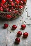 Kirschen auf hölzerner Tabelle Stockfotos