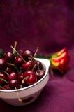 Kirschen auf Rot Lizenzfreies Stockfoto