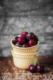 Kirschen auf rustikalem hölzernem Hintergrund Stockfoto