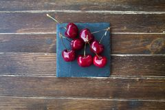 Kirschen auf Schiefer auf Holz von oben Stockfotos