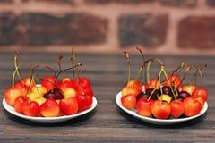 Kirschen auf zwei Untertassen stockfotos