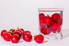 Kirschen im Glas und eine Handvoll Kirschen dazu Stockfotos