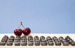 Kirschen mit Blaubeeren Lizenzfreie Stockfotos