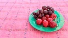 Kirschen und Trauben in einer Platte Lizenzfreie Stockbilder