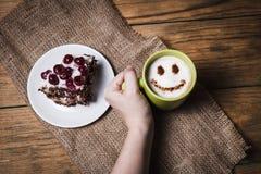 Kirschkuchen mit Kaffee auf hölzernem Hintergrund Lizenzfreie Stockfotos
