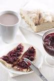 Kirschmarmelade auf Toast Lizenzfreie Stockfotografie