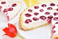 Kirschoffene Torte Stockfoto