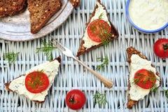 Kirschtomate bruschetta auf einem Picknick Stockfotografie