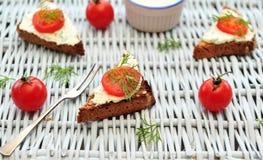 Kirschtomate bruschetta auf einem Picknick Stockfotos