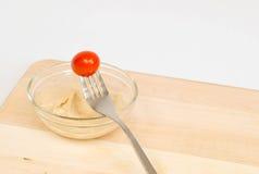 Kirschtomate mit hummus Stockfoto