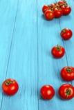 Kirschtomaten auf Blau Lizenzfreie Stockbilder