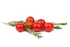 Kirschtomaten mit Basilikumzweigen Lizenzfreies Stockfoto