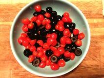 Kirschtomaten und -oliven Stockbilder