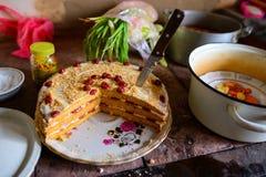 Kirschtorte auf dem Tisch mit unterschiedlichem Gemüse stockfotografie