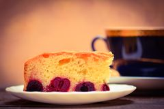 Kirschtorte mit Tee Stockfoto