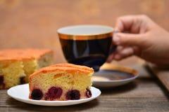 Kirschtorte mit Tee Stockfotografie