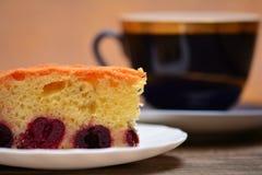 Kirschtorte mit Tee Lizenzfreie Stockfotos