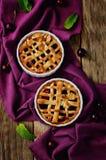 Kirschtorten mit frischen Kirschen lizenzfreies stockfoto