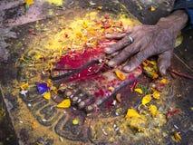 KIRTIPU NEPAL - OKTOBER 18, 2012: oidentifierad hand av den nepalese nollan Arkivbild