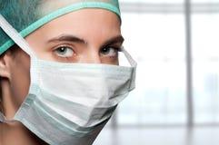 kirurg för framsidakvinnligmaskering royaltyfria bilder