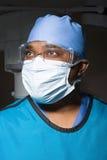 Kirurg i maskerings- och säkerhetsskyddsglasögon fotografering för bildbyråer