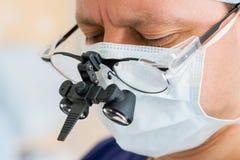 Kirurg med binokulära exponeringsglas Arkivbilder