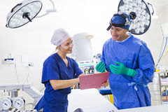 Kirurg och sjuksköterska Fotografering för Bildbyråer