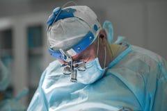 Kirurg som utför plastikkirurgi Royaltyfria Foton