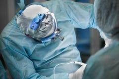 Kirurg som utför plastikkirurgi Royaltyfri Foto