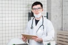 Kirurgdoktor med minnestavladatoren i sjukhuskontor Medicinsk sjukvårdpersonal- och doktorsservice royaltyfria bilder