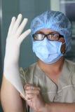 Kirurgen bär handsken Arkivfoton