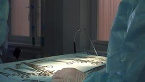 Kirurgen ges medicinska instrument under operationen, en närbild lager videofilmer
