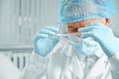 Kirurgen tar av hans exponeringsglas Arkivbilder