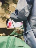 Kirurger som använder kirurgiska instrument för nyckelhålkirurgi som från inre håller ögonen på bildskärmen som skärmbilder patie royaltyfria foton