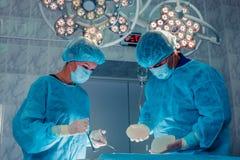 Kirurger team arbete med övervakning av patienten i kirurgisk ope Royaltyfri Foto