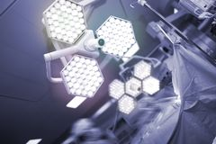 Kirurgi i det moderna utrustade fungeringsrummet Royaltyfri Foto