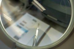 Kirurgiinstrument i upparbetning arkivfoton