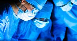 Kirurgilag i fungeringsrummet royaltyfri foto