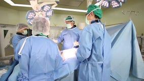 Kirurgilaget fungerar stock video