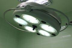 Kirurgisk lampa i sjukhusrum royaltyfri bild