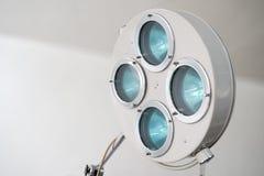 Kirurgisk lampa och medicinska apparater i fungerande rummet Bakgrund arkivfoto