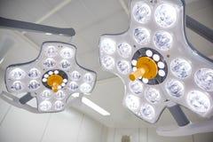 Kirurgiska lampor i operationrum på sjukhuset Arkivbild