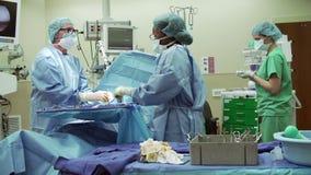 Kirurgiska Team Working In Operating Theatre arkivfilmer