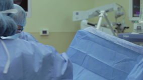 Kirurgiska Team Working In Operating Theatre stock video